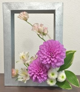 額縁ピンク白花